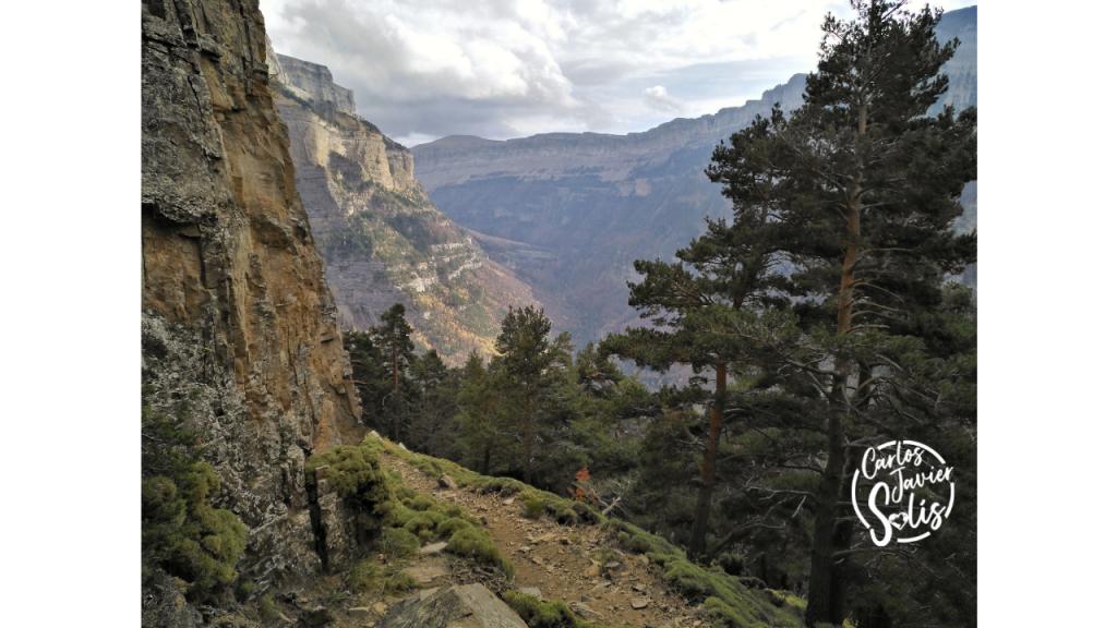 Ruta por la Faja de Canarellos del Parque Nacional de Ordesa en Otoño en el Pirineo Aragonés