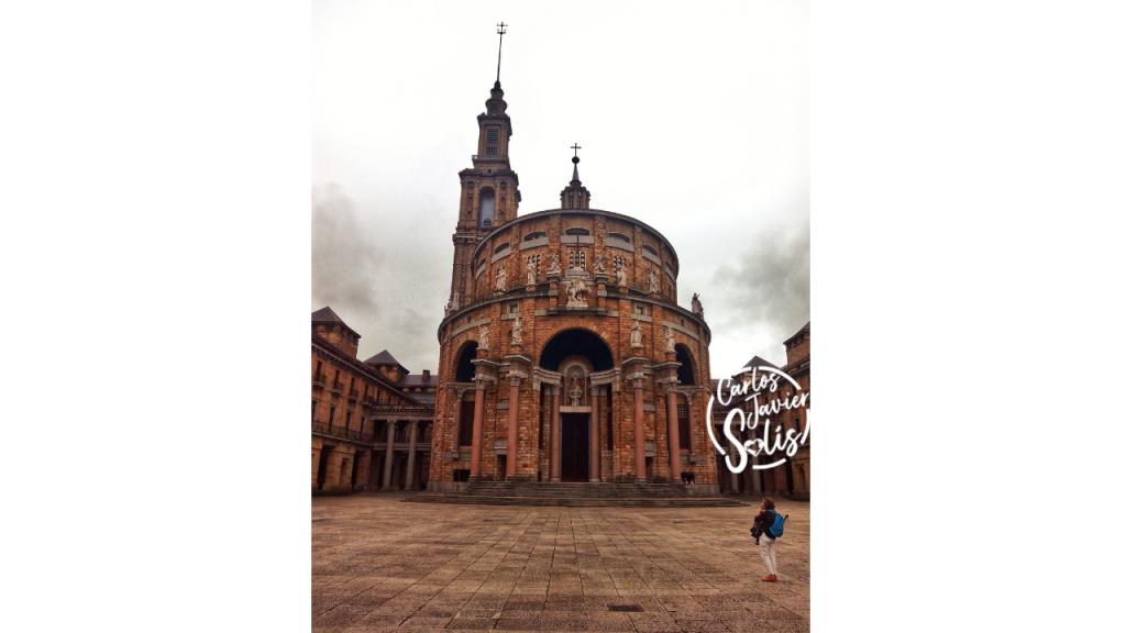 Fachada de la Universidad Laboral de Gijón en Asturias, uno de los lugares seguros para viajar por España este verano